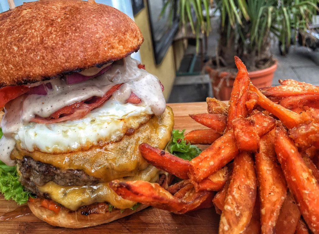 Burger und Sweet Potato Fries bei Peace, Love & Burgers in Hamburg