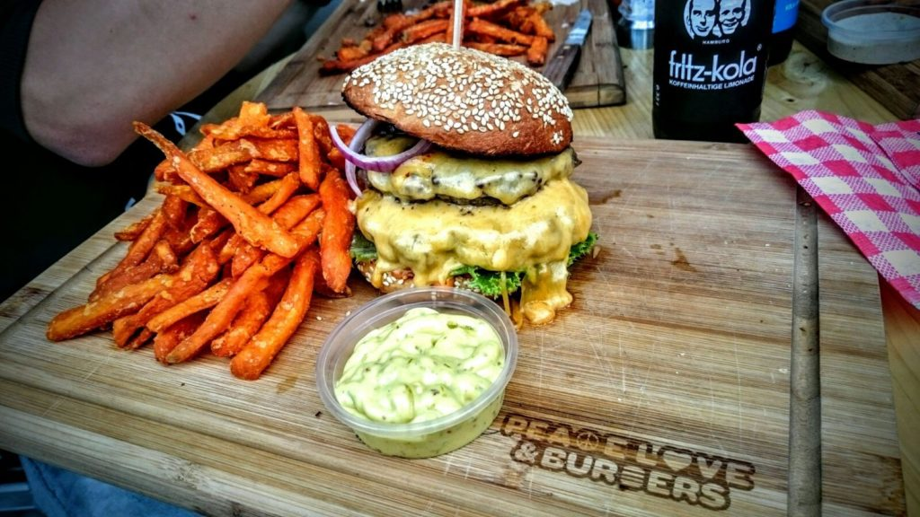 Burger und Sweet Potato Fries bei Peace, Love & Burgers in Hamburg