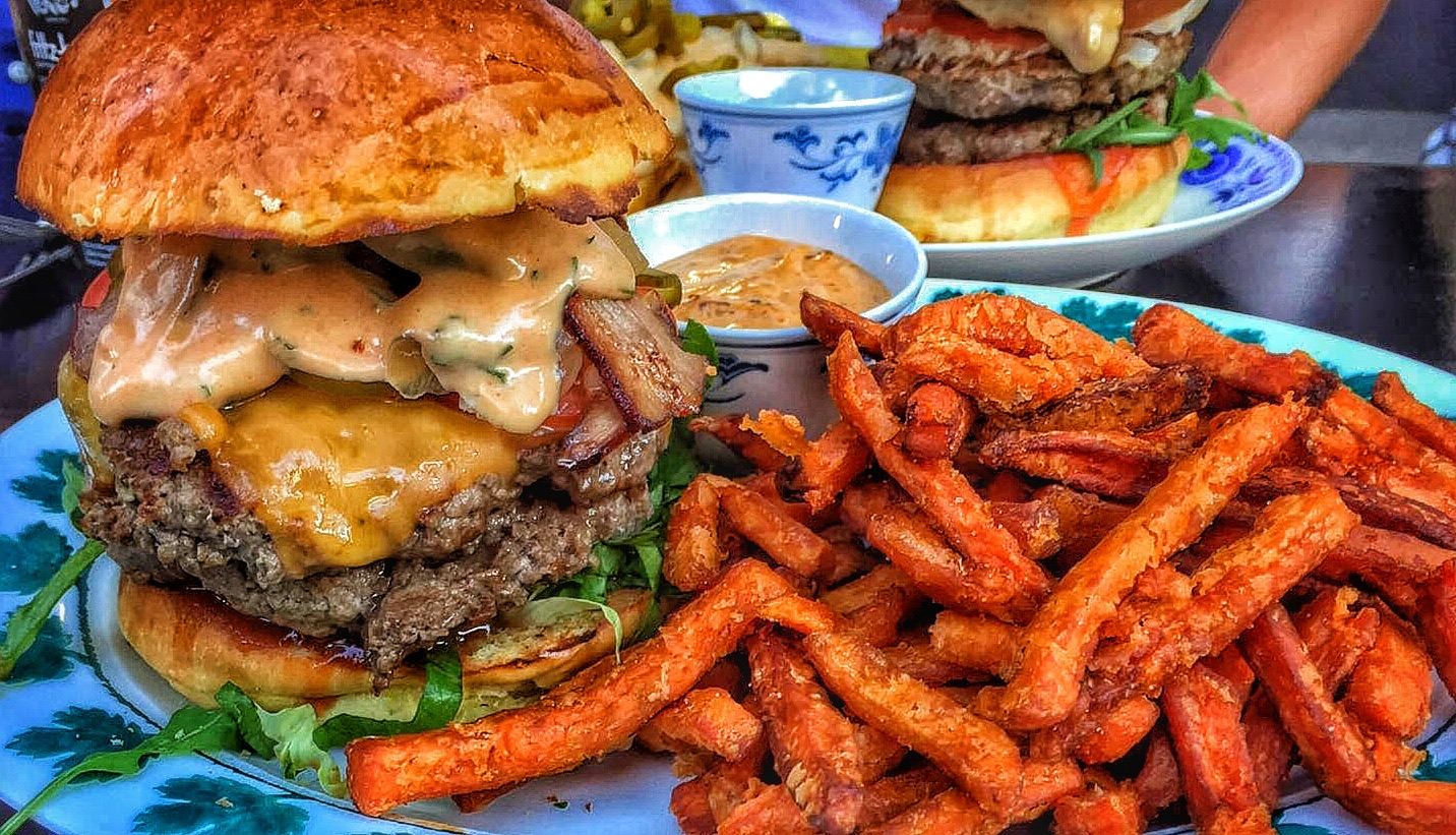 Burger mit Sweet Potato Fries bei Grilly Idol in Hamburg